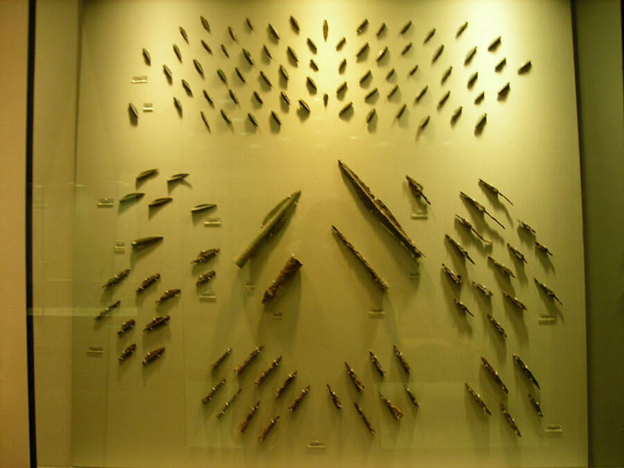 Iron arrowheads and spearheads were found in the Koinos hill, where the last defenders of Thermopylae fell, slain by the arrows of the enemy